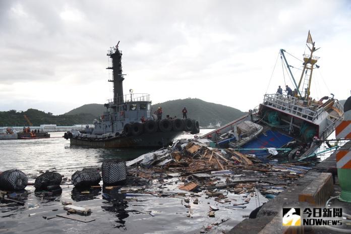 影/南方澳跨港大橋崩塌 海軍港勤艇拖離受困漁船