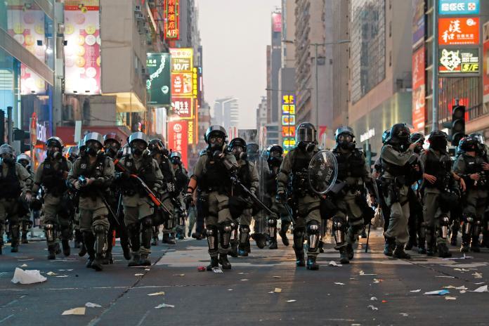 ▲香港反送中衝突在大陸十一國慶當天再升級。多區爆發警民衝突,雙方皆有人受傷。(圖/美聯社/達志影像)