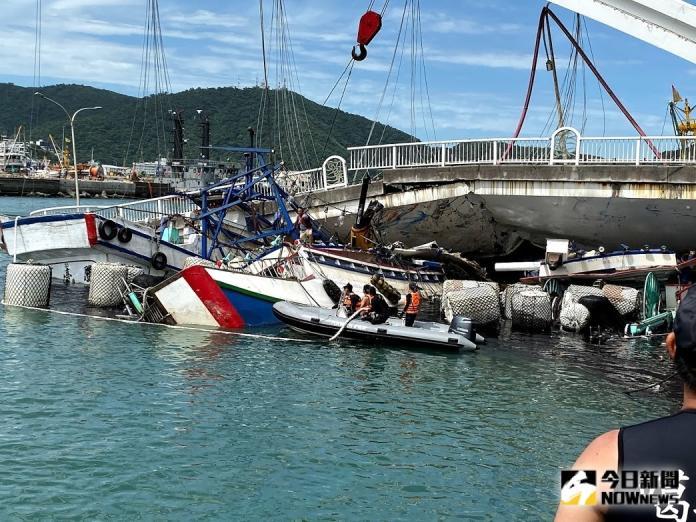 南方澳大橋斷裂壓毀在橋下等待加油的三艘漁船