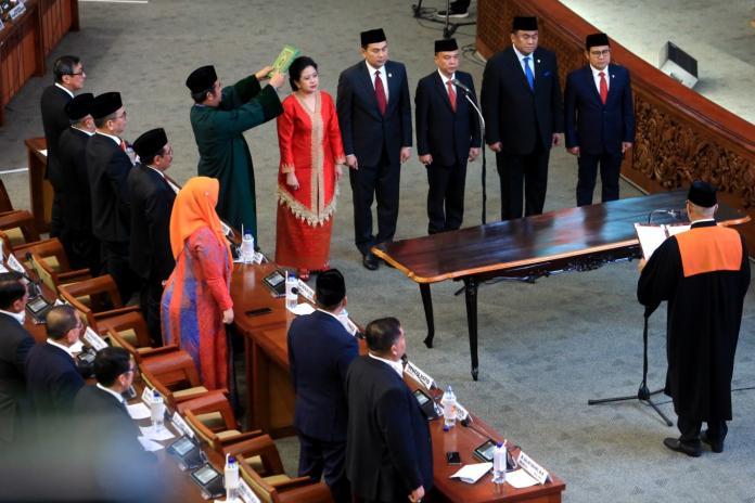 <br> 印尼新國會於(1)日宣誓就職,馬哈拉尼(Puan Maharani)獲指派為國會議長,成為印尼建國74年以來,首位女性國會議長。(圖/雅加達郵報)