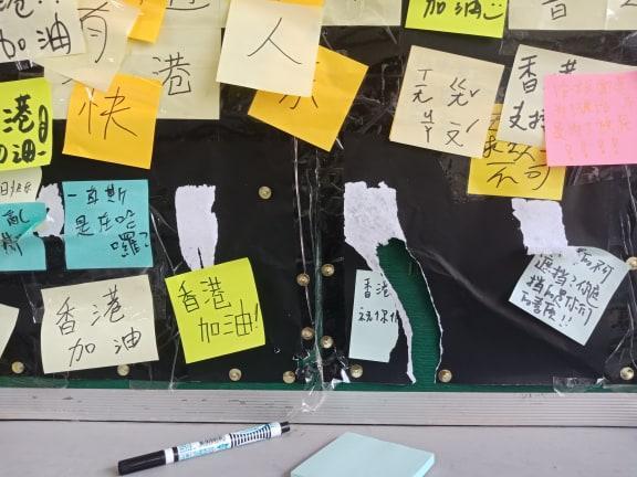 <br> ▲世新大學連儂民主牆今(2)日被發現遭到破壞,學生議會不排除提告。(圖/世新大學新聞人報社提供)