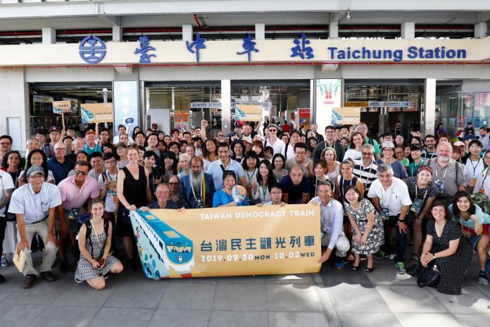「民主觀光列車」抵達台中   全球百位青年瀏覽民主地景