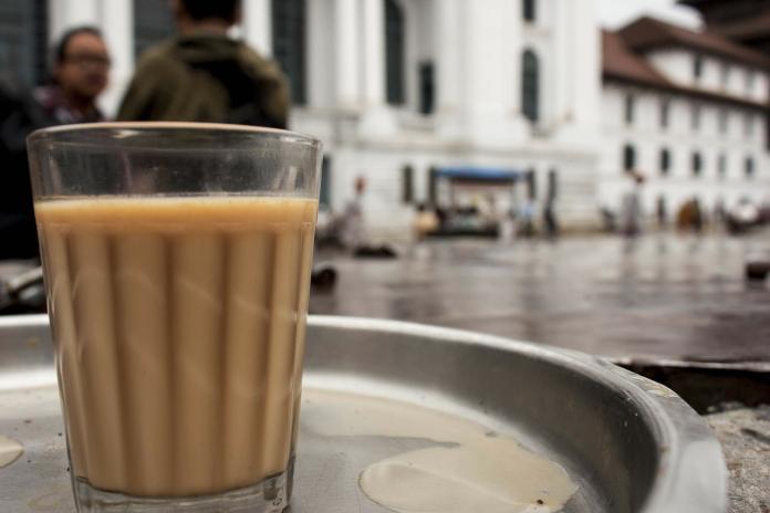 一名女網友在臉書社團《爆廢公社》分享,在飲料店遇到的點餐趣事,店員表示「紅茶賣完」,一旁女學生的反應卻讓店員當場臉綠。
