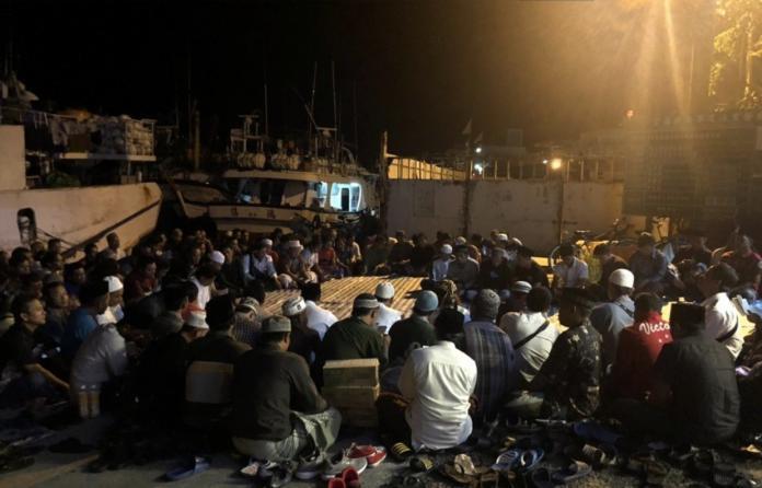 3層樓漁船壓扁至1層!全力搜尋最後一人 百人點蠟燭追悼