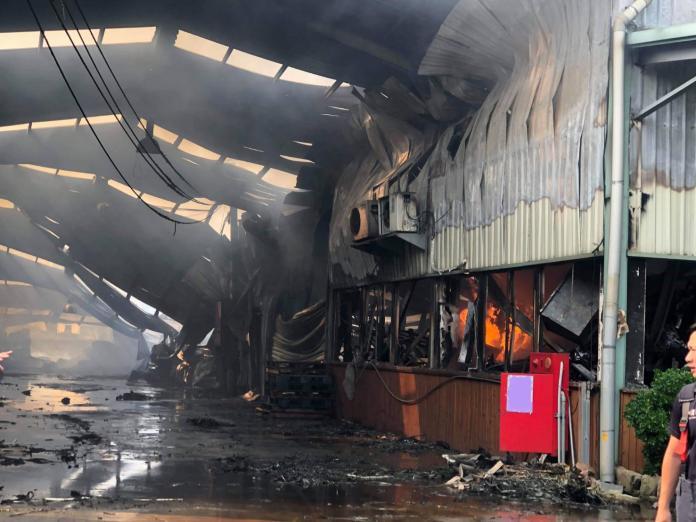 <br> 台中市大雅區製造免洗餐具,鐵皮搭建工廠,今(3)日凌晨發生火警,現場爆炸聲,瞬間冒出大火。(圖/記者柳榮俊翻攝)
