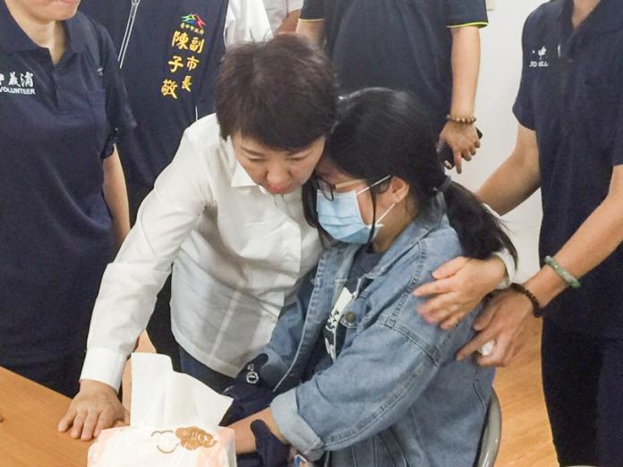 ▲市長盧秀燕關心罹難消防員家屬。 (圖/柳榮俊攝2019.10.3)