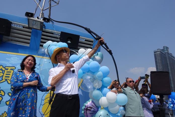國民黨總統參選人韓國瑜在選前100天,朝藍天射「穿雲箭」。(圖 / 韓國瑜辦公室提供)