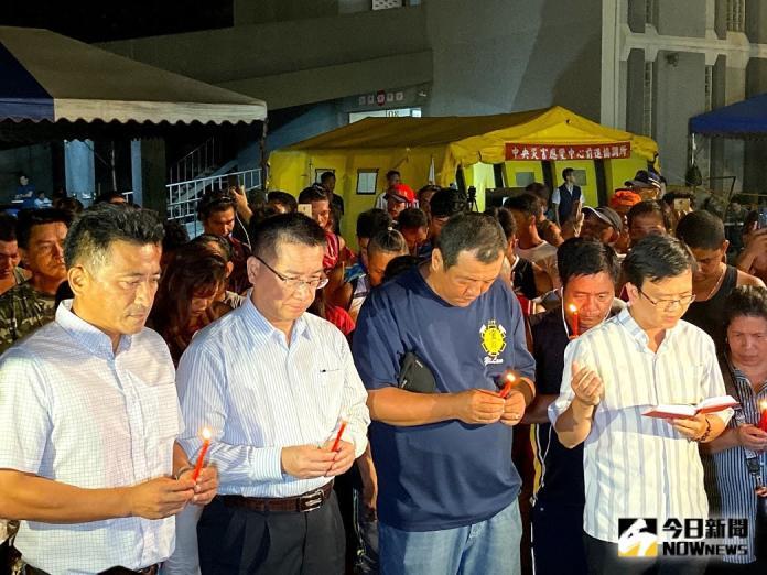 南方澳跨海大橋斷裂崩塌造成6名外籍漁工不幸罹難,罹難漁工的菲律賓同鄉在牧師帶領下於事故現場進行宗教儀式