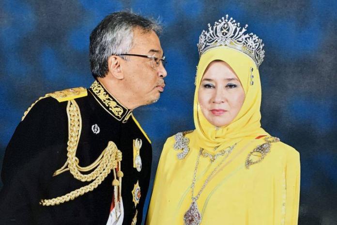 馬來西亞<b>蘇丹</b>想要給老婆香吻被嫌棄  王后推特照片太可愛