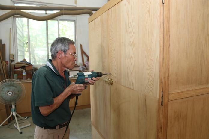 木工老師侯阿尚巧手讓舊櫃如新。
