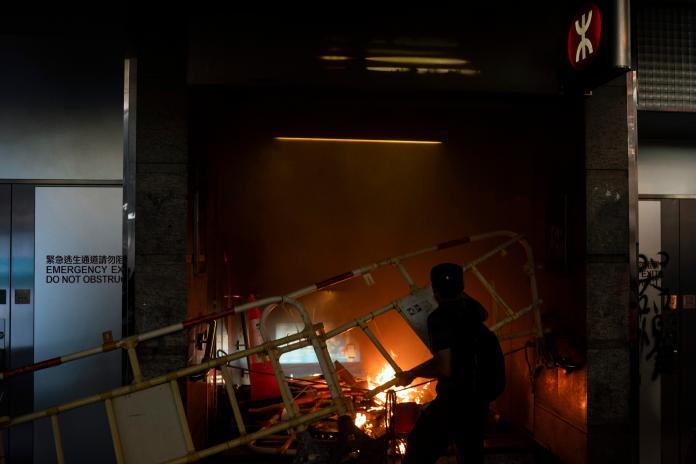 ▲香港特區政府 4 日宣布,《禁止蒙面規例》將生效,引發許多港人不滿,多區爆發衝突。(圖/美聯社/達志影像)