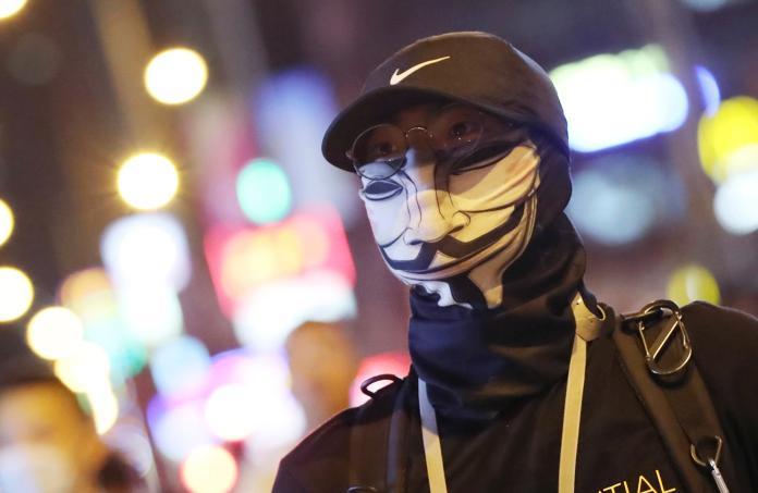 ▲香港特首林鄭月娥上月 4 日宣布訂定「禁蒙面法」,自 5 日午夜開始實施,眾多香港市民隨即在香港各地發起抗議行動。(圖/美聯社/達志影像)