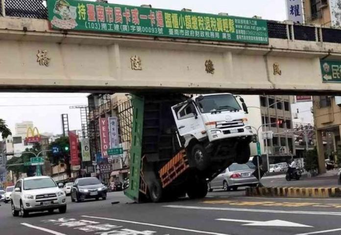 貨車駕駛忘了將車斗放下就開上路,結果悲劇了