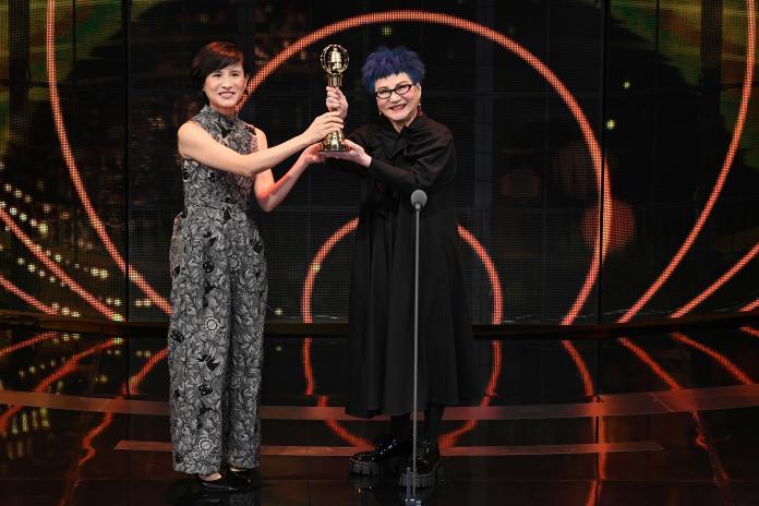 ▲張小燕與94歲老母共享獲頒終身成就獎榮耀。(圖/三立提供)