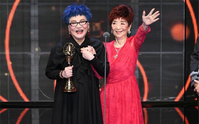 ▲張小燕與 94 歲老母共享獲頒終身成就獎榮耀。(圖/三立提供)