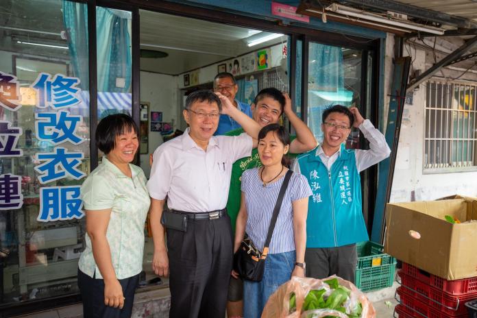 台北市長柯文哲6日前往桃園市仁德宮參拜,並與民眾合影。(圖/柯粉俱樂部提供)