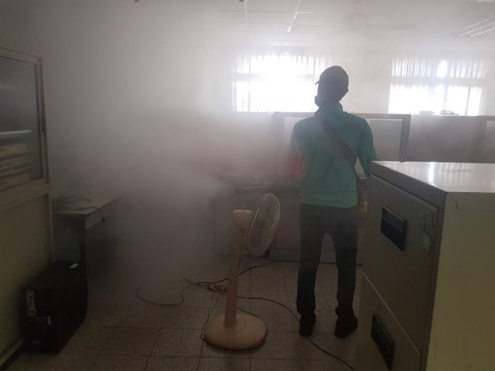 防疫人員進行室內化學防治