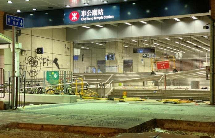 ▲香港地鐵多站被破壞而影響營運。(圖/翻攝自香港警察臉書專頁)