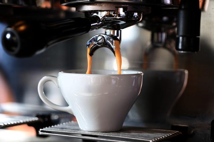 ▲一名網友表示,自己習慣每天喝咖啡,但一年開銷破萬元,讓他驚覺傷荷包,對此,許多內行紛紛傳授「省錢撇步」。(示意圖/取自pixabay)