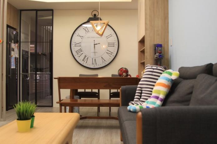 ▲利用書桌或矮牆將客廳與書房隔開,可有效區別空間又不至於太過封閉。(圖/長城室內裝修提供)