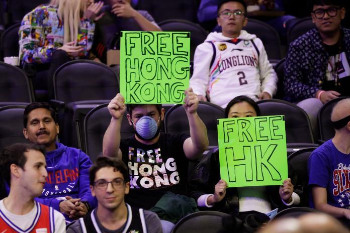 NBA/自由之城淪陷 76人球迷比賽中聲援香港被趕出場