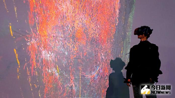 <br> ▲黃河穿戴一體成型的VR裝置體驗〈樹靈之歌〉。(圖/記者陳美嘉攝)