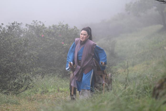 1010 楊麗花在《忠孝節義》目睹自己孩兒被奸臣扭斷脖子,只能拎著自己亡兒僅存的一條包布,在寒冬中徒手挖墳挖到流血。(圖:麗生百合提供)