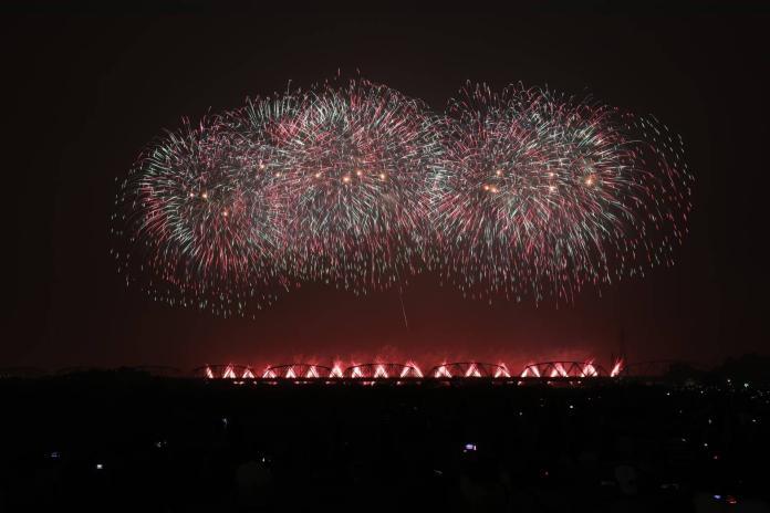 ▲2019國慶焰火雙十晚間在高屏溪屏東河濱公園施放。(圖/屏東縣政府提供)