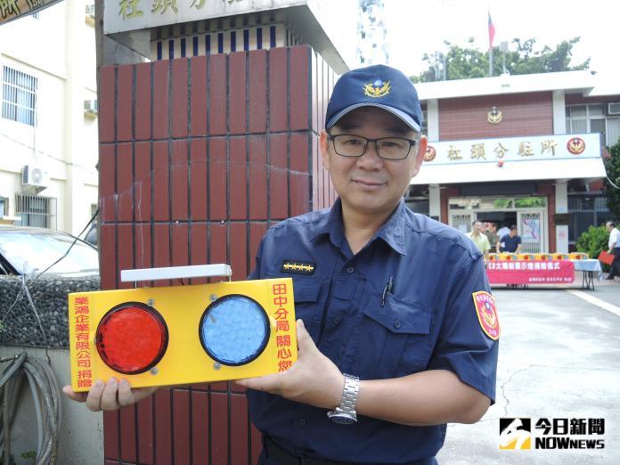 <br> ▲警方說,於夜間藉由閃爍紅藍燈,提醒用路人注意減速慢行,以避免交通事故發生。(圖/記者陳雅芳攝,2019.10.12)