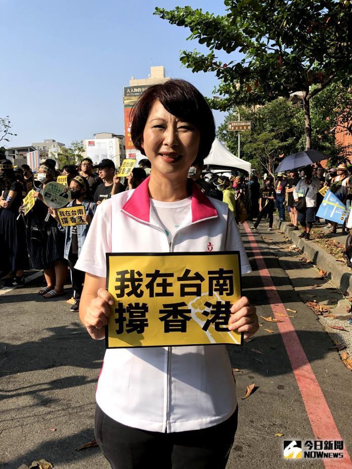 陳亭妃說,以漫畫取代生硬的政治文字,嘗試不同風格的呈現。