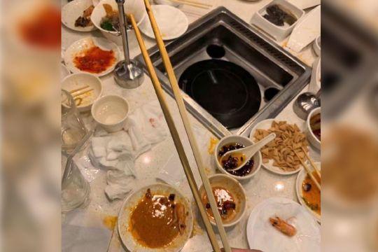 十月九日在日本東京原宿區知名餐廳用餐離席後,一位民眾進入餐廳包廂拍下照片,將這些明星「加持」過的用品放上網路拍賣,號稱是他們餐廳用餐時使用的。(圖翻攝自微博:SI JIN)