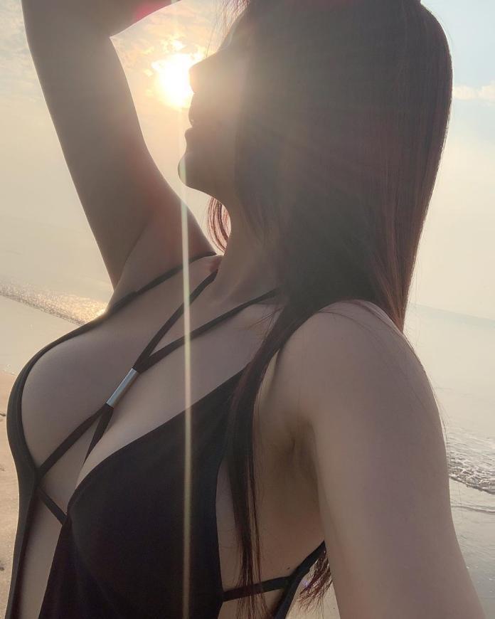 ▲大陸美妝師娘娘有著火辣身材。(圖/翻攝 IG angel520jay )