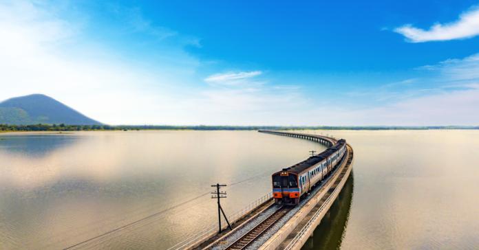 泰國最佳旅遊季節即將到來,泰國國家鐵路局已開放訂購假日限定的水上火車旅遊行程,將從曼谷往返泰國最長大壩--華富里府(Pa Sak Jolasid)大壩。(圖/Shutterstock)