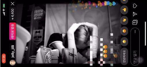 <br> ▲雪莉因陌生男子拿手機拍她而害怕到直接抱頭躲入桌子下。(圖/翻攝Youtube)<br><br>