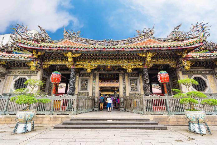 雜誌特別點出台北融合多元宗教文化包括佛教、道教和中國民間信仰。圖為台北龍山寺 (Shutterstock)