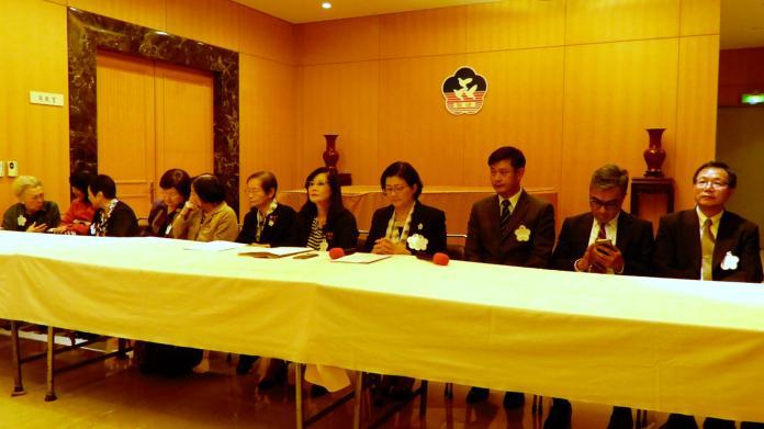 婦聯會主委雷倩率領全體委員與律師團召開記者會,宣示執行「公民不服從」以對抗民進黨政府。(圖 / 記者陳弘志攝)