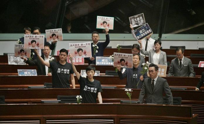 ▲香港立法會 17 日又再陷入混亂,多位泛民派議員以行動、口號反對林鄭進行施政答問。(圖/翻攝自頭條日報)