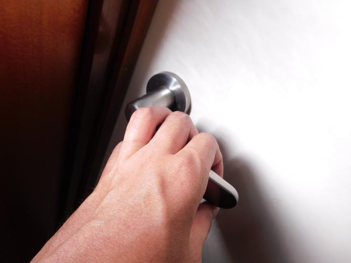 ▲飯店住客通報隔壁房間有詭異聲響,警方打開門看見震撼一幕。(示意圖/取自 photoAC )
