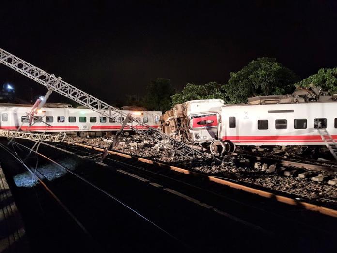 普悠瑪列車翻覆事故現場,車廂斷裂扭曲