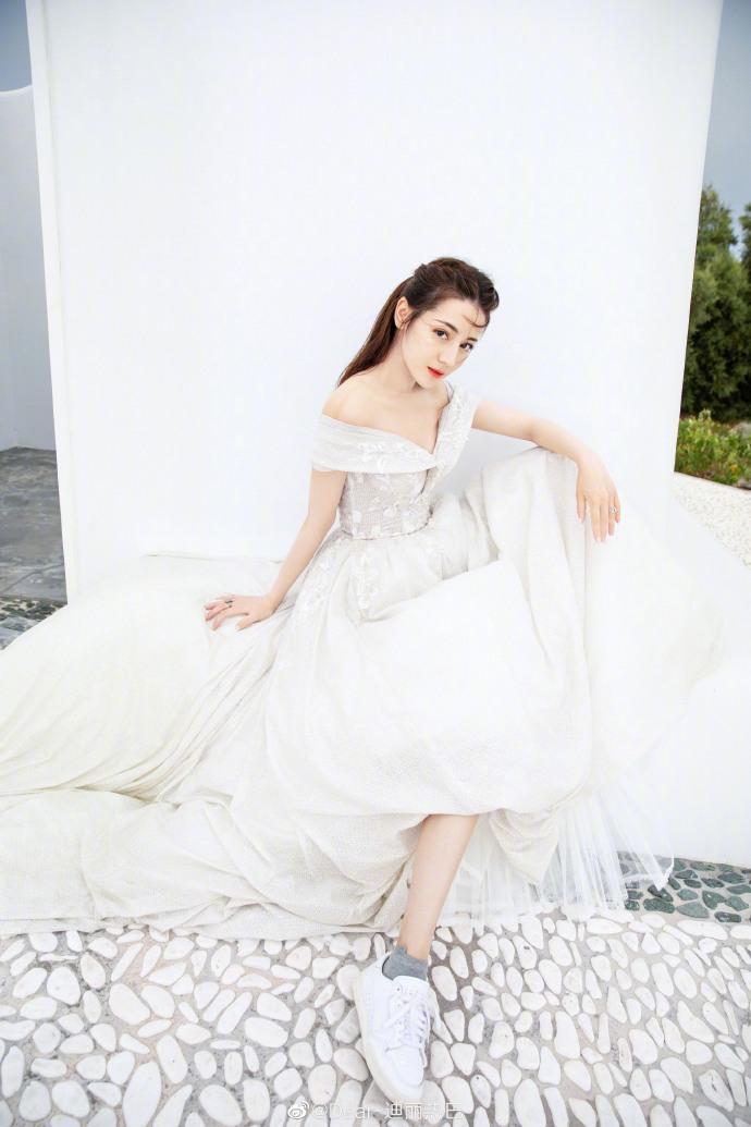 ▲迪麗熱巴婚紗混搭平底鞋,獨特審美引發兩極評價。(圖/翻攝微博)