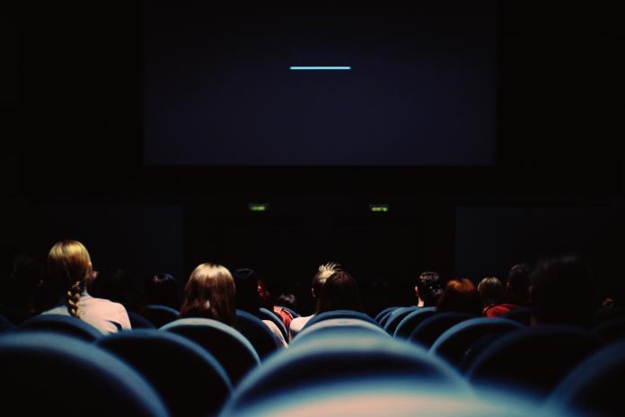 高中女兒約男大生!父「不准早戀」持刀跟蹤 血濺電影院