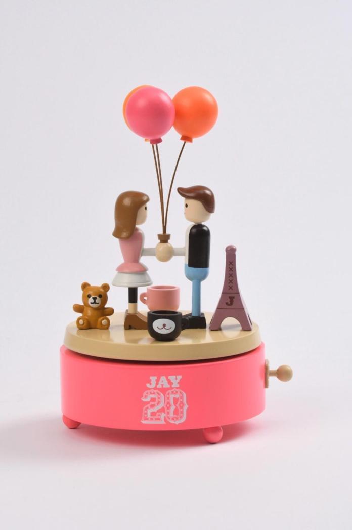 <br> ▲「告白氣球」旋轉音樂盒,搭配MV經典告白場景。(圖/杰威爾提供)