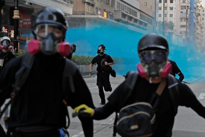 ▲香港 20 日下午再爆發示威與衝突,港警出動水炮車。(圖/美聯社/達志影像)