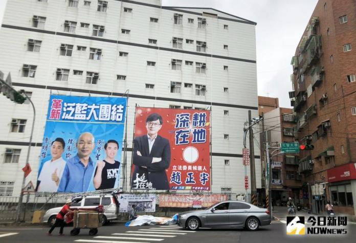 ▲陳學聖和魯明哲推出聯合競選的看板挑戰現任的趙正宇。(圖/記者李春台攝)