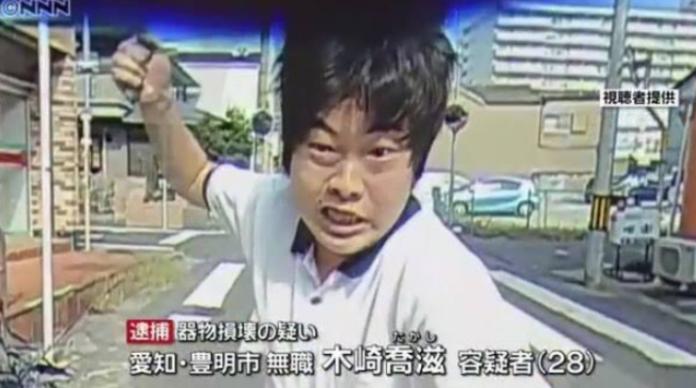 一臉猙獰猛砸車窗! 日失業男脫序影片遭各種惡搞爆紅