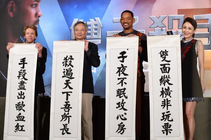 ▲(左起)監製傑瑞布洛克海默、李安、威爾史密斯,秀了一手書法。威爾寫了「子」字,李安寫了「殺」字,傑瑞寫了「手」字。(圖/記者林柏年攝)
