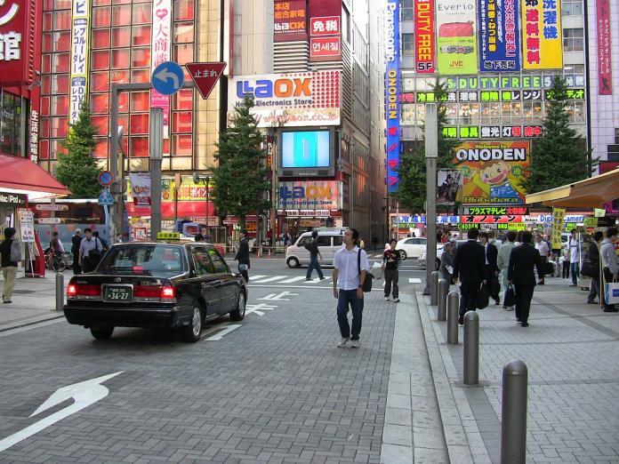 ▲有網友在 PTT 八卦版提到日本旅遊,疑惑表示台灣人不愛走路,到巷口都要騎車或開車,為何去日本旅遊就變得愛走路?貼文立刻引發網友熱議,紛紛解析背後原因。(示意圖/翻攝自 Pixabay )