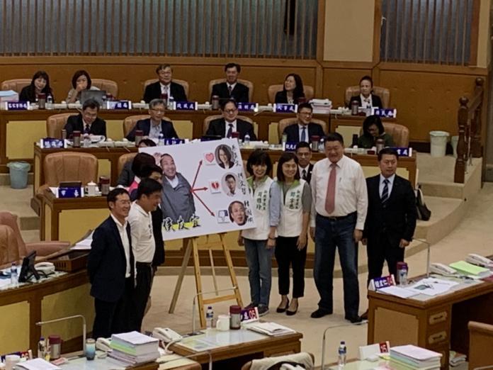 ▲民進黨團特別製作了看板,在韓的圖像貼上「倒讚」、在柯圖像貼上「心碎」。(圖/記者宋原彰攝,2019.10.22)