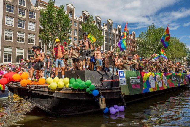 遊行全程是在運河上搭船行進,船上的群眾載歌載舞,配上熱鬧的電音,熱鬧氛圍充滿整個城市。(圖片取自臉書:Pride Amsterdam)