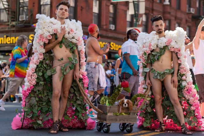 今年六月正逢「石牆暴動」50週年,共15萬人組成700個隊伍參加遊行,吸引400萬人共襄盛舉,非常的壯觀。(翻攝自臉書NYC Pride)